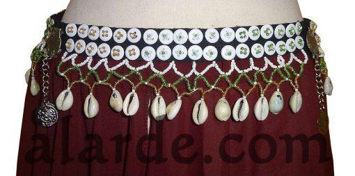 Cinturón-tribal-con-botones-y-caracolitas-Mostacillas-en-blanco,-verde-y-ocre.